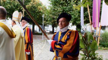 Ehemalige Schweizergardisten nehmen für den festlichen Tag ihre Uniform hervor. | © Marie-Christine Andres