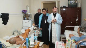 Bei seinen Besuchen im Kriegsgebiet in der Ostukraine nimmt sich Bischof Bohdan auch Zeit für ein Gebet mit  verletzten Soldaten. | © Archiv Bohdan Dzyurakh
