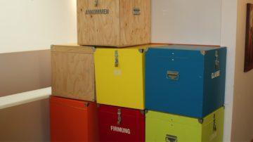 In den Kisten befinden sich fertig ausgearbeitete Module zu verschiedenen Themen, die Firmgruppen während ihres Aufenthalts in der Villa Jugend verwenden dürfen. | zvg