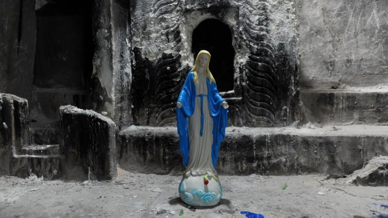Christenverfolgung im Irak: Eine Madonnenfigur steht in einer verrußten Nische des Klosters St. Hourmized nahe Alqosh im Norden des Irak. |© kna-bild