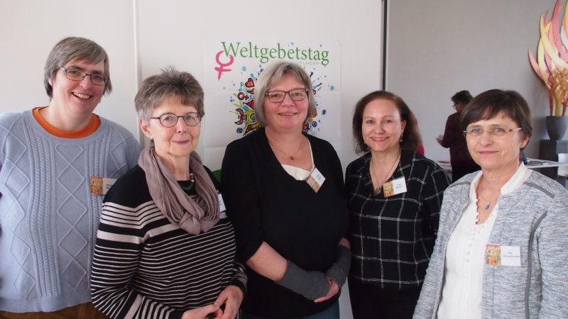 Am 1. März ist wieder Weltgebetstag. Im Aargau organisieren sechs Frauen jeweils im Januar vier Vorbereitungstage für die teilnehmenden Kirchgemeinden und Pfarreien (von links): Bettina Wissert (katholisch), Alice Roth (katholisch), Ulrike Haller (reformiert), Erika Mittner (reformiert) und Ute Hesselbarth (reformiert). Auf dem Bild fehlt Anna-Maria La Malfa. | © Andreas C. Müller