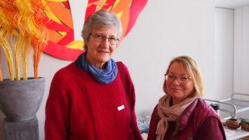 Holen sich ihr Rüstzeug für den ökumenischen Gottesdienst in Reinach: Denise Weber (reformiert) und Bernadette Schatzmann (katholisch). | © Andreas C. Müller