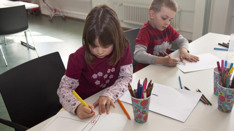 Konzentriert und kreativ. Die Illustrationen zur Reihe stammen allesamt aus Kinderhand.