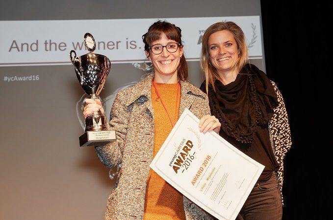 Vor zwei Jahren holte sich das Jugendprojekt «Wegeleben» von Leonie Mugglin und Angela Gruber den ersten Platz (im Bild). Ihr Projekt förderte Integration von Flüchtlingen durch die Vermittlung von Wohngemeinschaften an Neuangekommene. Im Jahr 2017 konnte  das Projekt «AsyLex» den Award holen. Das Projekt bot kostenlose Beratung zum Schweizer Asylrecht. | © zvg