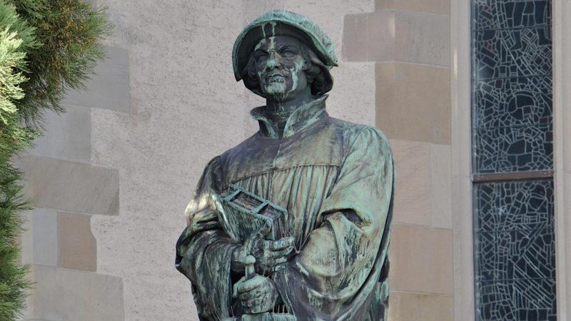 Das Zwingli-Denkmal bei der Zürcher Wasserkirche steht am diesjährigen Züri-Fäscht mitten im Festgeschehen. | © Georges Scherrer
