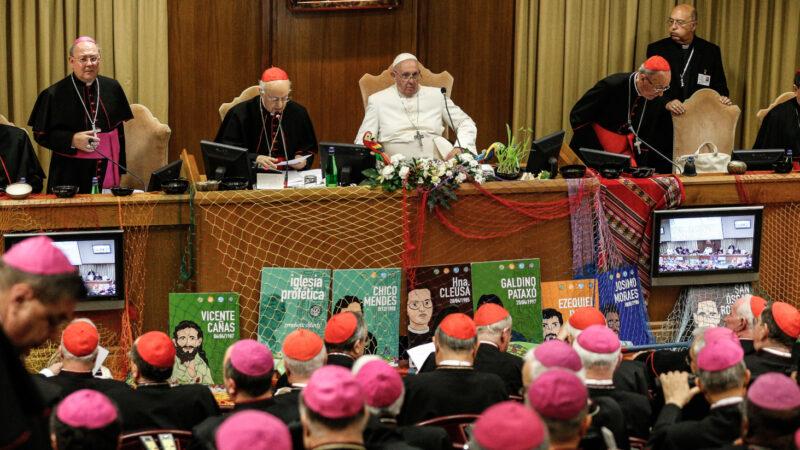 Papst Franziskus und Synodenteilnehmer in der Synodenaula  | © kath.ch