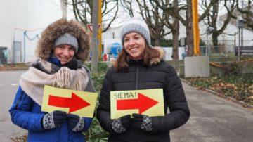 Basel: Freundlicher Empfang:  Jola (links) und Zofia aus Polen stehen seit sieben Uhr vor dem Parkhaus und zeigen den Ankommenden den Weg. Die Volunteers sind schon seit einigen Tagen in Basel. | © Anne Burgmer