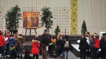 Basel: Wo am Abend das erste grosse Gebet stattfinden soll, werden durch den Tag hindurch die Gruppen aus der Ukraine in Empfang genommen und informiert. Während Gruppe um Gruppe erfährt, wo sie untergebracht werden, gestalten Freiwillige den Gebetsraum.   © Anne Burgmer