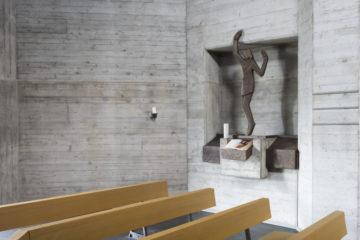 Den Innenraum der Kirche entwickelte der Architekt Hanns A. Brütsch zusammen mit dem Bildhauer Josef Rickenbacher. | © Werner Rolli
