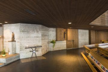 Eingangsbereich: Man betritt den Bau an seiner niedrigsten Stelle, links liegt die Werktagskapelle. | © Werner Rolli