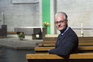 «Sitzt man hier in der Bank, sieht man nirgends nach Draussen. Ein bewusster Entscheid des Architekten.», erklärt der kantonale Denkmalpfleger Reto Nussbaumer. | © Werner Rolli