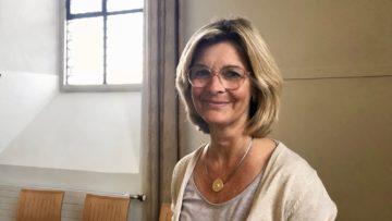 Claudia Mennen leitet seit 2007 die Geschicke der Propstei Wislikofen. Die Alte Sakristei benützt sie oft für die Arbeit mit ihren Kursgruppen. | © Marie-Christine Andres