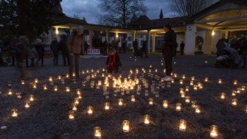 Die Kerzen, die im Rahmen der Aktion entzündet werden, ergeben als Bild einen grossen Stern. | © Werner Rolli