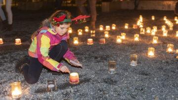 Ein Mädchen entzündet eine Kerze mit dem Wunsch, «dass alle Kinder Weihnachtsgeschenke bekommen». | © Werner Rolli