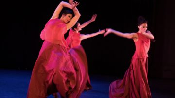 «feu sacré»: Auch die Jubiläumsproduktion von «Flamencos en route» zeichnet sich aus durch das Vertrauen in den Dialog zwischen Tradition und lebendiger Auseinandersetzung mit dem Heute sowie zwischen verschiedenen Kulturen. «Der Zauber des Klosters Fahr inspiriert und beglückt. Nun folgt vor Ort die letzte, intensive Probephase mit dem internationalen Ensemble. Die Generalprobe wird speziell der Schwesterngemeinschaft gewidmet sein», so die Choreografin Brigitta Luisa Merki. | © Flamencos en route