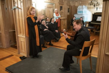 Wie ein Angelpunkt: Im holzvertäfelten Raum gibt es Kammermusik von Bach bis Flamenco. Die eine oder andere der Fahrer Schwestern wippt mit dem Fuss und Birgitta Louisa Merki zaubert von dumpf-weich bis hart-knallend Flamencorhythmus zur Gitarrenmusik. | © Flamencos en route/Alex Spichale
