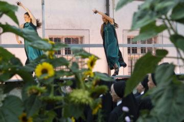 Tanz auf der Mauer um den Klostergarten. Die Fahrer Schwestern stehen im «MIttelgang» des Gartens. | © Flamencos en route/Alex Spichale