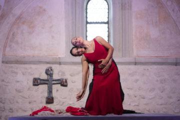Die Inszenierung der Choreografin Brigitta Louise Merki beginnt in der Anna Kapelle. Zwei Tänzerinnen, die in ihrer Bewegung fast eins werden. | © Flamencos en route/Alex Spichael