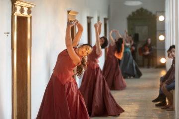 Vor dem Silja Walter Raum und anderen Zellen, das Publikum in die Fensternischen platziert, entfaltet der Flamenco seine volle Energie. Kloster und Tanz stehen eng verbunden gegenüber. | © Flamencos en route/Alex Spichale