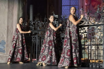Nachdem die jungen Blüten das Publikum in die Kirche gelockt haben, treffen sie - wie in allen anderen Bildern auch - auf eine andere Energie. Die Gewänder der Tänzerinnen erinnern an Rosenblüten, zu voller Pracht entfaltet. Weniger wild und dafür reifer. | © Flamencos en route/Alex Spichale