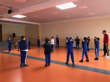 Grundschüler wie auch Gymnasiasten geniessen regelmässig Sportunterricht in der eigenen Turnhalle. | © Andreas C. Müller
