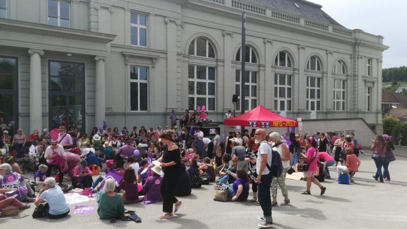 Auf dem Schlossplatz in Aarau warten Frauen und solidarisierende Männer auf den Beginn der Kundgebung um 17 Uhr. | © Foto: Anne Burgmer