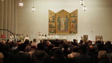 Im Abschlussgottesdienst versammelte sich Weltkirche, um gemeinsam Eucharistie zu feiern. Musikalisch gestaltet wurde der Gottesdienst durch die Chöre verschiedener Missionen. | © Anne Burgmer