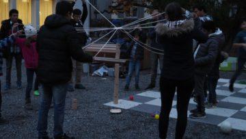 Mit Teamwork einen Turm bauen. Im Hof zwischen Kirche und Pfarrhaus in Aarau konnten sich jung und alt an verschiedenen Spielen versuchen. Praktisch alle Spiele zeigten, dass es gemeinsam besser geht, als alleine. | © Anne Burgmer