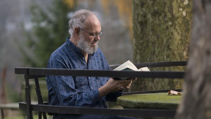 Dass Willy Emile Deck Bücher mag, verwundert bei einem ehemaligen Buchdrucker kaum. So sind zwei der drei Dinge, die er auf eine gedachte einsame Insel mitnehmen würde Bücher, Noten und eine Blockflöte. Und Nummer drei? «Mir ist die Familie wichtig. Meine Frau, die Kinder und auch Onkel und Tanten.»   © Werner Rolli