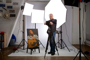 Werner Rolli in seinem Atelier. Nicht nur das Porträtfoto des indianischstämmigen Musikers, alles in seinem Atelier hat eine Geschichte. | © Cleto Cudini
