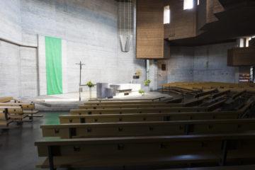 Die Lichtführung im Inneren der Kirche ist so gestaltet, dass Licht auf den Altar und die Wand dahinter fällt. | © Werner Rolli