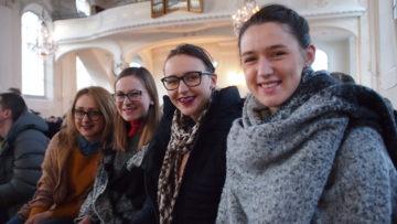 Andrea aus Kroatien (ganz rechts) weilt mit ihren zwei Schwestern und einer Freundin ebenfalls in Brugg. nach Berlin und Strassburg bereits die dritte Teilnahme an einem Taizé-Jugendtreffen. In der Schweiz ist sie das erste Mal. Es gefällt ihr: «Alles ist sehr gut organisiert». | © Andreas C. Müller