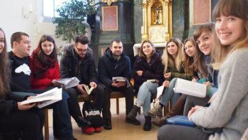 Nach dem Morgengebet setzen sich die Jugendlichen in Gruppen zusammen. Diese «Ateliers» bieten die Möglichkeit, sich in einem kleinen Kreis besser kennen zu lernen, aber auch, vorgegeben Themen in Anlehnung an das Morgengebet in der Diskussion zu vertiefen. | © Andreas C. Müller