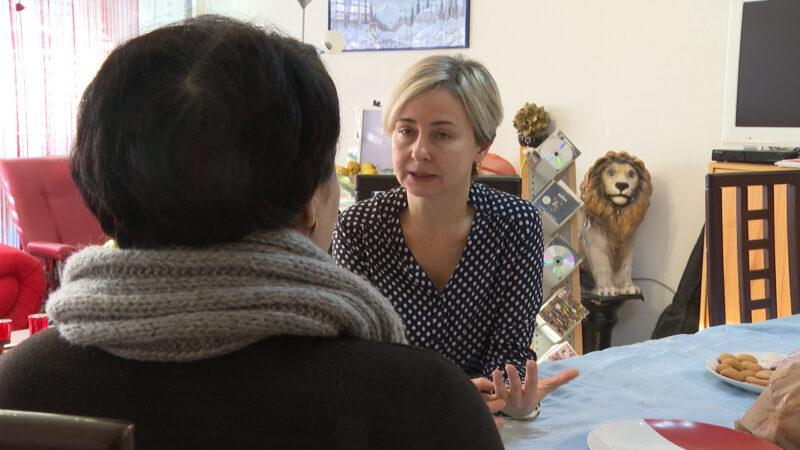 Daniela Zuim, Sozialarbeiterin der Caritas Aargau, spricht mit Rosanna A. über ihre Krankheit und die finanzielle Lage.    © Cornelia Suter