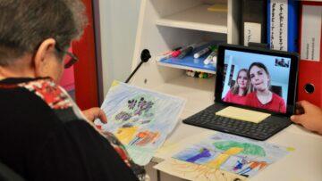 Erika Meier (78) wohnt in der Pflegi Muri und bedankt sich via Skype bei Linda (6) und Madita (10) Müller für deren Zeichnungen. | © Carmen Frei