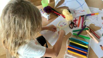 Anina Schürch, 6 Jahre, bastelt und zeichnet ein Bild, das sie «Blonder Engel» nennt. Es ist bestimmt für das Alterszentrum St. Bernhard in Wettingen. | © Marie-Christine Andres