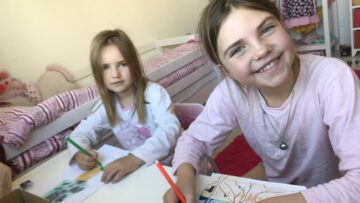 Linda, 6 Jahre, und Madita, 10 Jahre, Müller zeichnen ihre Beiträge für die Aktion «Schöne Post». | © Andreas C. Müller
