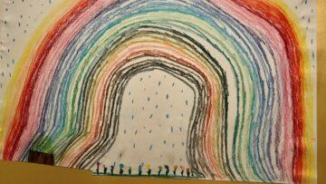 Die achtjährige Livia Schürch hat diesen Regenbogen für die Bewohner des Alterszentrums St. Bernhard in Wettingen gezeichnet. | © Marie-Christine Andres