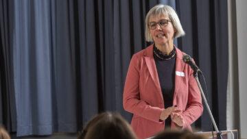 Würdigte die Ausdauer der Absolventinnen: Dorothee Fischer, Mitglied des Kirchenrates der Römisch-Katholischen Landeskirche Aargau. | © Werner Rolli