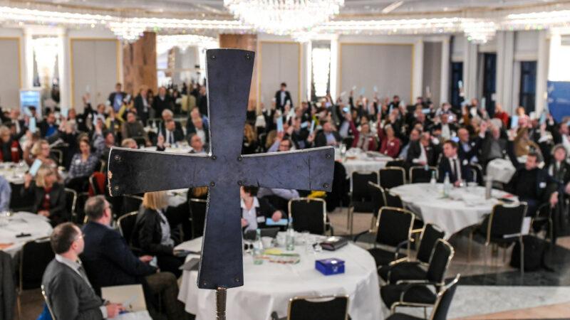 Blick durch ein Kreuz auf die Teilnehmer der Vollversammlung des Zentralkomitees der deutschen Katholiken (ZdK) im Sitzungssaal am 22. November 2019 in Bonn. Am Freitagnachmittag hatten die rund 200 Teilnehmer bei 17 Nein-Stimmen und fünf Enthaltungen ihre Zustimmung zur Satzung des Synodalen Weges gegeben. | zvg