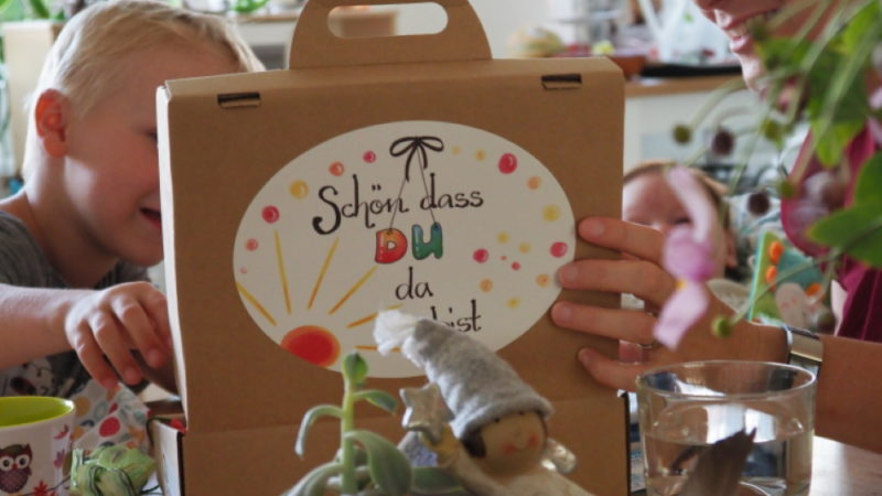 Sobald in der Region des Pastoralraum Region Brugg-Windisch ein Neugeborenes als katholisch angemeldet wird, bekommen die Eltern Post. Freiwillige kommen auf Besuch und bringen dem Baby und seiner Familie einen Koffer mit hochwertigen Geschenken und zeigen so: Die Kirche ist für euch Ansprechpartner. | © Anne Burgmer