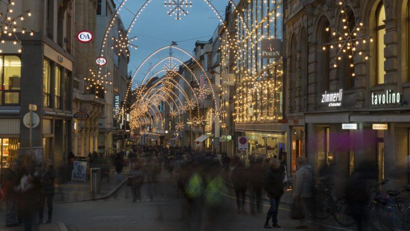 Dieses Jahr fällt der Heiligabend auf einen Sonntag. In den Kantonen Zürich, Basel-Landschaft und Zug dürfen die Gemeinden auch am 24. Dezember 2017 die Läden öffnen. Die Bischöfe und andere Gruppierungen fordern die Gewerbetreibenden auf, die Sonntagsruhe zu achten und die Läden geschlossen zu halten. | © Werner Rolli