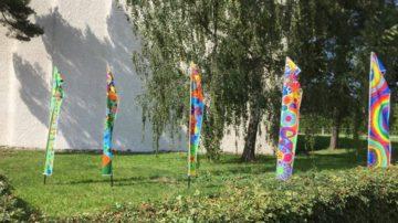 Fünf Flaggen – für jedes Kirchenzentrum eine – gibt es im Pastoralraum Region Brugg-Windisch. Sie stehen symbolisch für die Pastoral der Familienvielfalt und wandern von Kirchenzentrum zu Kirchenzentrum. | © zvg/Pastoralraum Region Brugg-Windisch