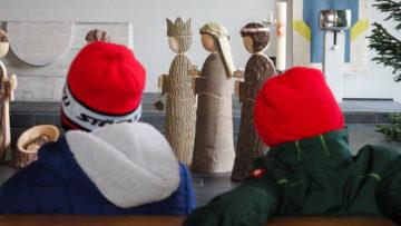 Mit Oberstufenschülerinnen und -schülern besucht die Katechetin die Heiligen Drei Könige in der Kirche und entdeckt mit ihnen gemeinsam deren Geschenke an das Kind in der Krippe. | © Anne Burgmer