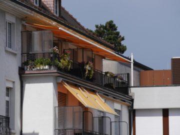 Bunt bepflanzt ist das Balkongitter. Notfalls schiebt das Pflegepersonal auch ein Bett auf den Balkon, wenn es darum geht den Wunsch nach einer letzten Zigi zu erfüllen. | © Anne Burgmer