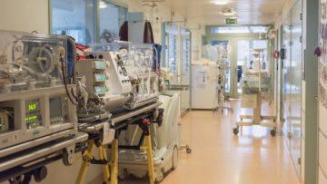 Transportbetten auf dem Gang der Neonatologie: Die Technik erschreckt auf den ersten Blick, doch sie rettet Leben. | © Werner Rolli