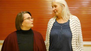 Claudia Graf (links) und Judith Näf diskutieren angeregt. Beide sagen, die Fortbildung habe ihnen einen ganz neuen Blick auf den bekannten Text eröffnet. | © Anne Burgmer