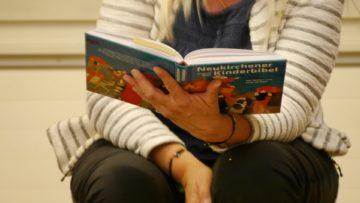 Am Anfang steht der Text. Judith Näf liest ihn den Kindern vor. | © Anne Burgmer