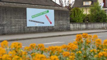 Unübersehbar steht an der Wand, worum es geht: Die Nachbarschaft. Im Schnitt 30 bis 50 Menschen nutzen pro Woche das Nachbarschaftshaus. | © Werner Rolli