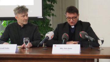An einer Medienkonferenz informierte Bischof Felix Gmür über die Hintergründe seines Vorgehens im Fall Küng. Er habe mit dem Blick auf die Resozialisierung des vorbestraften Priesters den schwierigeren Weg gewählt. Sein Kommunikationsverantwortlicher Hansruedi Huber (links im Bild) hatte seinen Chef gewarnt, dass das «imagemässig ein No-go sei». | © Anne Burgmer